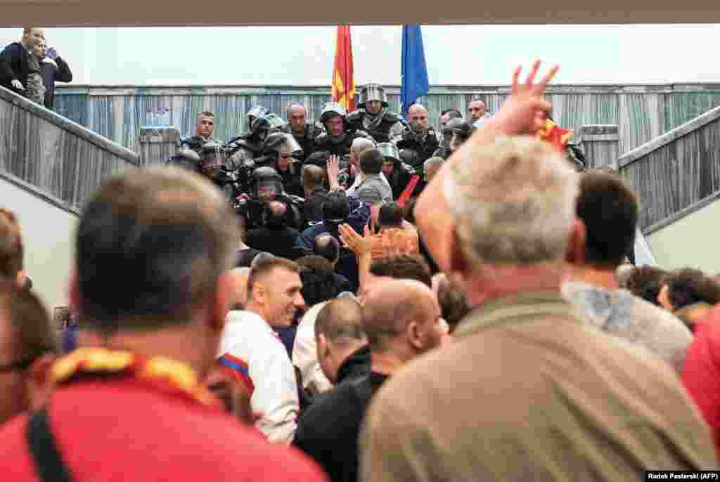 МАКЕДОНИЈА - Здружението Единствена Македонија во Собранието и до пратеничката група на опозициската ВМРО-ДПМНЕ достави Предлог - закон за амнестија за настаните од 27 април, минатата година. Побараа поддршка од ВМРО-ДПМНЕ за понатамошно спроведување на процедурата.