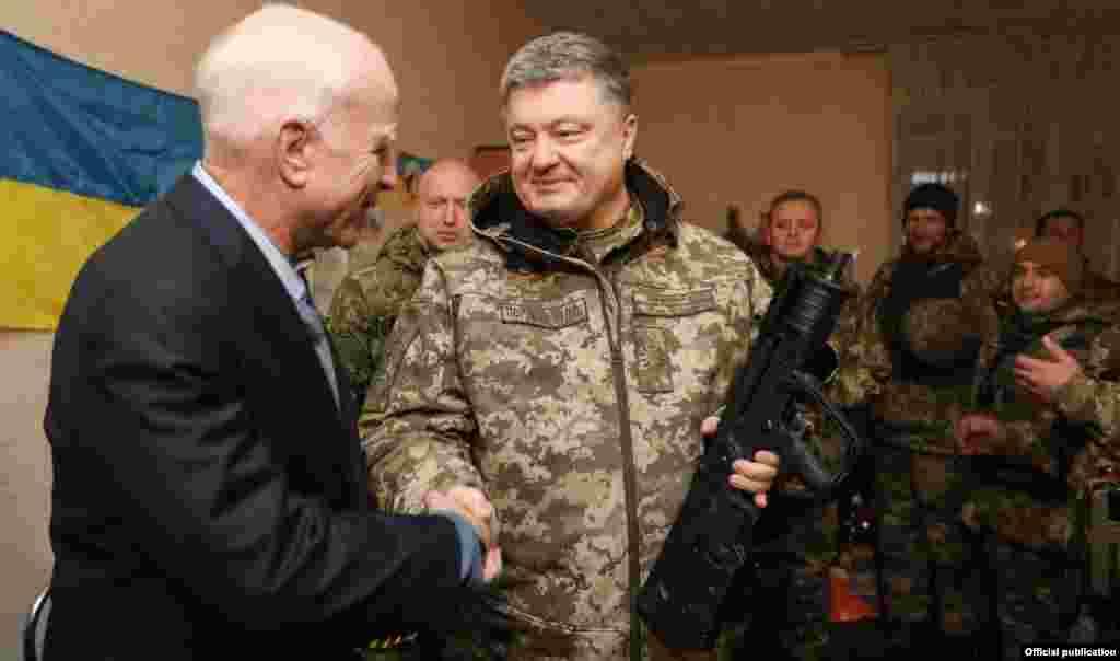 Президент України Петро Порошенко (праворуч) та сенатор США Джон Маккейн під час зустрічі з українськими військовими на Донеччині. Командний пункт у районі населеного пункту Широкине під Маріуполем, 31 грудня 2016 року. БІЛЬШЕ ПРО ЦЕ