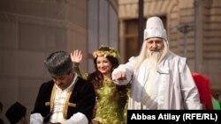 """Образ героя дастана """"Дэдэ Горгуд"""" (справа), Баку, 13 марта 2012"""