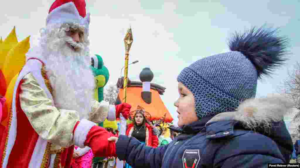 Для детворы такое количесвто Дедов Морозов – отличный шанс попросить побольше подарков