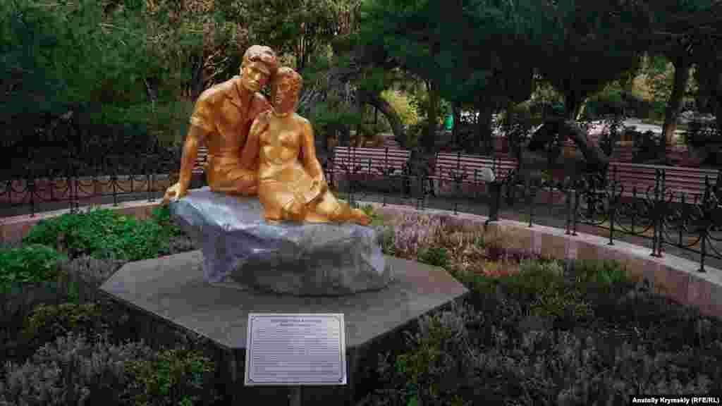 Скульптурна група «Закохані» з'явилася в парку 1965 року. Присвячена, як свідчить напис на табличці, конкретним молодим людям: Марусі та її коханому, що жив у маєтку «Форос» у царські часи. Доля їхня сумна: дівчина захворіла напередодні власного весілля й померла, а наречений пережив її на 3 дні. Обидва поховані на кладовищі сусіднього села Берегове