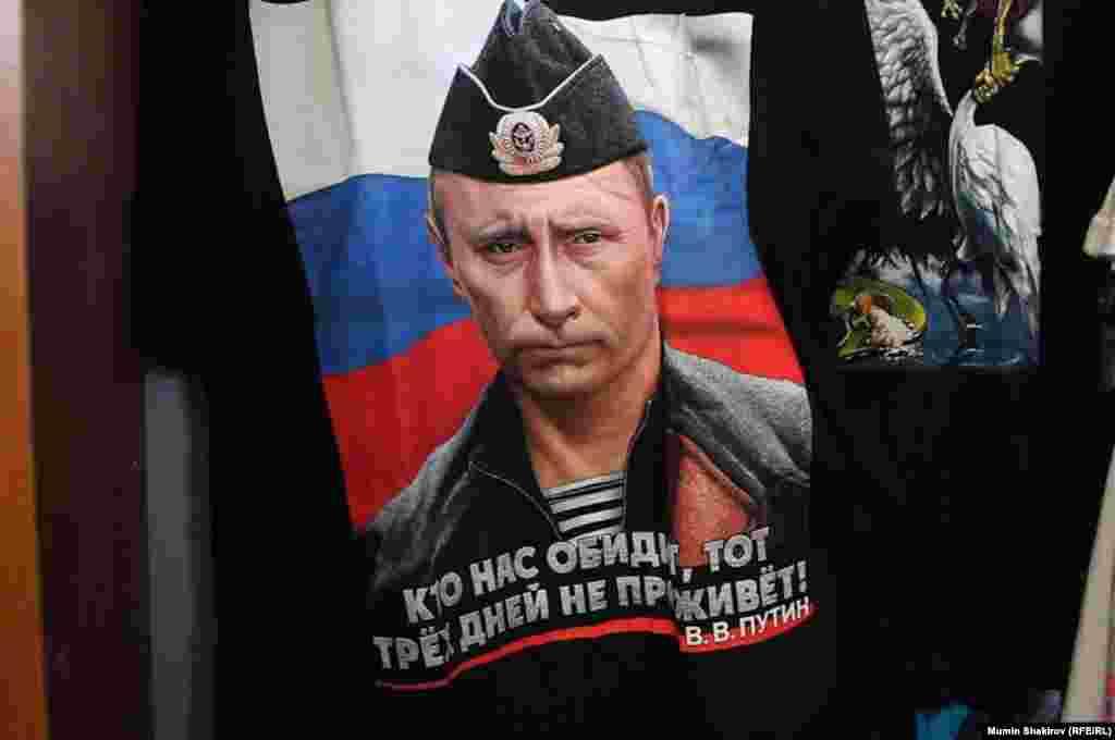 """Тағы да Путин бейнесі мен """"Бізді ренжіткендердің ғұмыры үш күннен аспайды!"""" деген жазу."""
