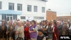 Бириккен оппозиция талапкери Алмазбек Атамбаев менен жолугушууга келген эл.22-июнь, Ош облусу.