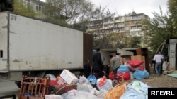 Bakıda Səttarxan zavodunun yataqxanasından yeni evlərə köçürülən köçkün ailəsinin əşyaları, 3 dekabr 2009