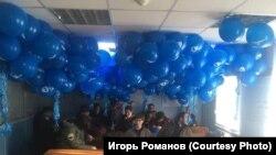 """Активисты с синими шариками в отделе полиции """"Красносельский"""""""