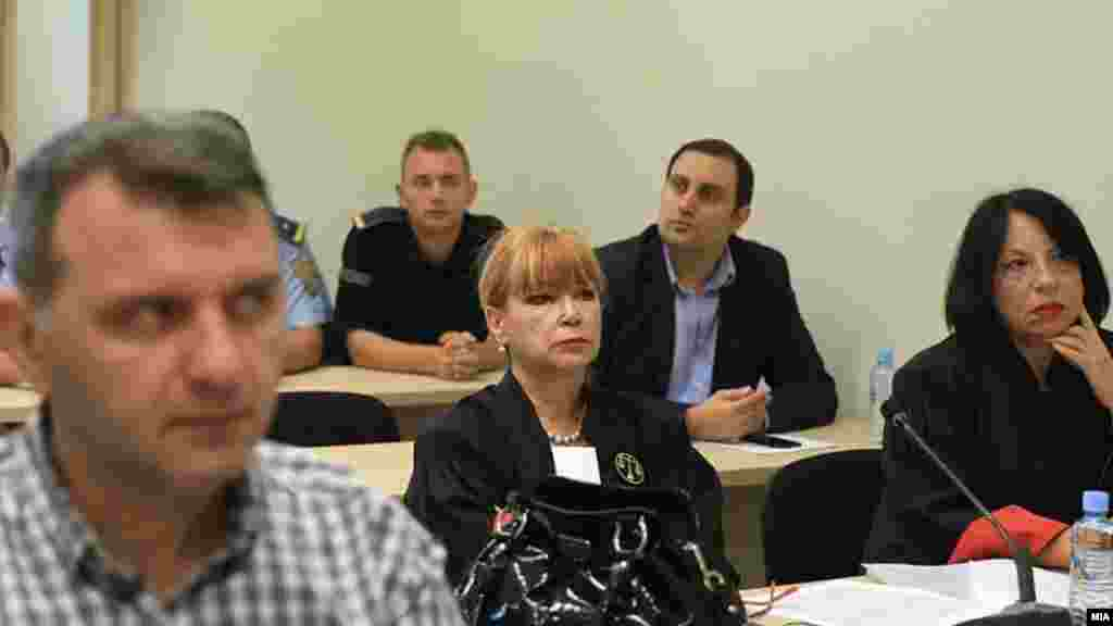 МАКЕДОНИЈА - Обвинителката Вилма Русковска прераскажувајќи исказ на загрозен сведок С1, за алучајот 27 април, кажа дека Јане Ченто постојано бил во комуникација и добивал наредби од Митко Чавков, а по настаните заедно со Нинџа постојано се сретнувале со Чавков на кого му биле лути дека ги организирал по наредба на Никола Груевски, а сега ги оставил сами на цедило.