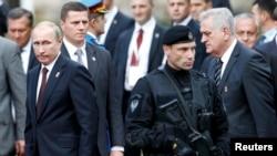 Президент России Владимир Путин и президент Сербии Томислав Николич на военном-параде по случаю освобождения Белграда