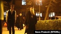 Священників затримали 12 травня після того, як вони очолили богослужіння за участі тисяч вірян у Нікшичі при тому, що в Чорногорії діє заборона на масові зібрання через поширення коронавірусу