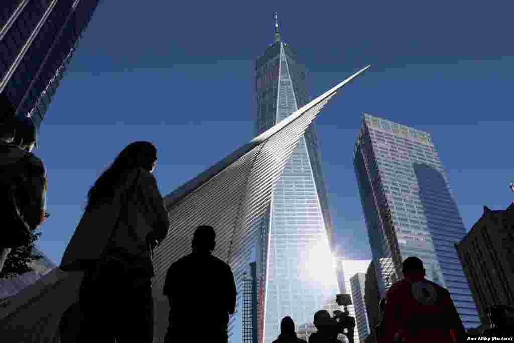 Amerikanci i Amerikanke tokom prvog od šest minuta šutnje kojim su obeleženi napadi na SAD. Fotografija je napravljena u 8:46 po lokalnom vremenu, u tačno vreme kada je prvi avion pre dve decenije pogodio jednu od kula Svetskog trgovačkog centra u Njujorku, 11. septembar 2021.