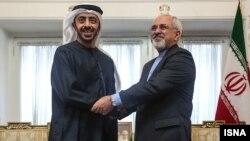 محمد جواد ظریف (راست) در حال فشردن دست وزیر امور خارجه امارات در آذر ۱۳۹۲.