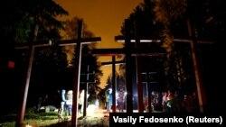 Кресты на захоронении в Минске, архивное фото