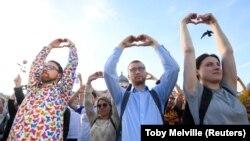 Participanți la ceremonia de comemorare a victimelor atacului de la Manchester