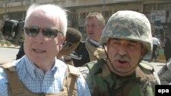 آقای مک کين از معدود سياستمدارن جمهوريخواه آمريکايی است که ضمن حمايت همه جانبه از «جنگ عراق»، از منتقدان جرج بوش، در نحوه اداره جنگ است.