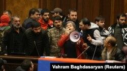 Протестиращи нахлуха в арменския парламент след изявлението на премиера Никол Пашинян, че е подписал споразумението за прекратяване на боевете в Нагорни Карабах