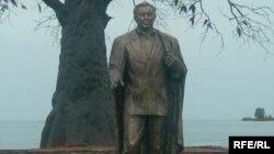 Памятник Назарбаеву на территории культурно-этнографического комплекса «Рух-Ордо имени Чингиза Айтматова» на берегу Иссык-Куля. Чолпон-Ата, июнь 2007 года.