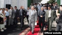 Қазақстан президенті Нұрсұлтан Назарбаев мешіттен шығып келеді. Фото Ақорда сайтынан алынды.