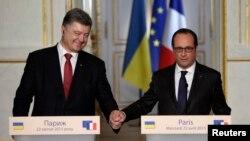 Петро Порошенко і Франсуа Олланд під час прес-конференції в Парижі, 22 квітня 2015 року