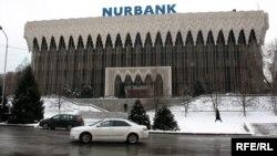 """Билборд """"Нурбанка"""" на здании у площади Республики. Алматы, декабрь 2008 года."""