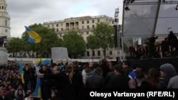 Публика громко приветствовала появление Гергиева на сцене. Однако уже через пару секунд аплодисменты были прерваны участниками акции протеста. Около тридцати человек развернули плакаты и украинские флаги и стали громко кричать на английском: «Позор тебе, Гергиев!»