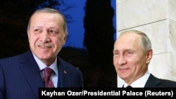 Turkish President Recep Tayyip Erdogan (left) and Russian President Vladimir Putin in Sochi on November 13.