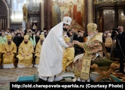 ეპისკოპოსი ფლავიანი (მიტროფანოვი) (მარცხნივ) და პატრიარქი კირილი. ეპისკოპოსად ხელდასხმა 2014 წლის 24 ნოემბერს მაცხოვრის ტაძარში მოსკოვში