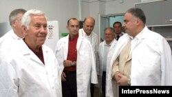 Сенатор Ричард Лугар (слева) во время посещения лаборатории в августе 2006 г.