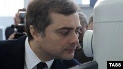 О поздравлении помощника Путина новоизбранному президенту, произнесенном с телеэкрана и размноженном потом другими СМИ, рассуждали сегодня и вчера в абхазском обществе больше всего