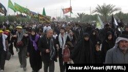 النجف:زوار في طريقهم الى كربلاء بمناسبة زيارة الاربعين