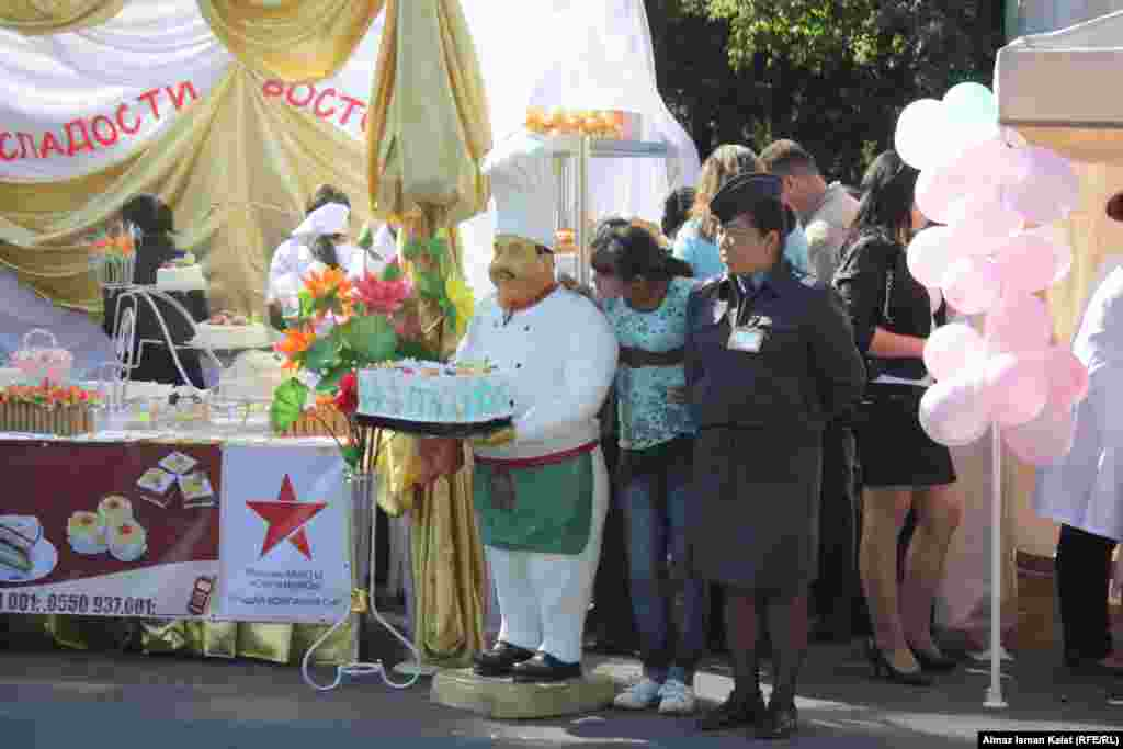 Сотрудники милиции с явным удовольствием позировали на фоне красочных тортов.