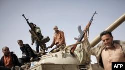 """Ливиянын Марас ал-Брега шаары """"ыңкылапчылардын"""" колуна өткөнүн Муаммар Каддафинин режимине каршы толкуган элдин өкүлдөрү жарыялашты. 2011-жылдын 2-марты. AFP."""