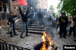 Проросійські активісти біля бідувлі прокуратури у Донецьку, 1 травня 2014 року
