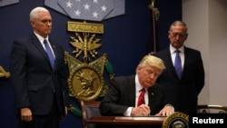 ABŞ-nyň prezidenti Donald Tramp immigrasiýa baradaky karara gol çekýär. 27-nji ýanwar, 2017 ý.