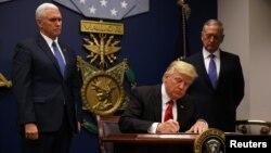 Donald Trump potpisuje u Pentagonu uredbu kojom se zabranjuje ulazak izbjeglica iz sedam većinski muslimanskih zemalja, Vašington