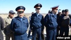 Ақтөбе ауылындағы жерге таласқан жұртты бақылаушы полиция. Қызылорда облысы, 29 сәуір 2015 жыл.