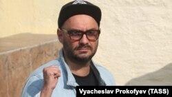 Kiril Serebrenikov la ieșirea din tribunalul Basmani de la Moscova, 23 august 2017