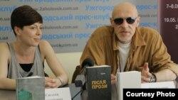 Письменник Юрій Іздрик та журналіст Євгенія Нестерович на презентації книжки «SUMMA» в Ужгороді