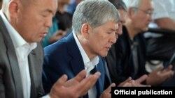 Алмазбек Атамбаев на праздничном айт-намазе по случаю Курман айта в родном селе Арашан. 1 сентября 2017 года.