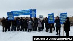 Жер телімін «мемлекет қажетіне» алуға қарсылық жиынына қатысушылар. Астана, 14 наурыз 2015 жыл.