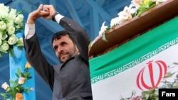 Президент Ирана Махмуд Ахмадинеджад до Петербурга не доехал. Зато здесь ждут лидера КНР Ху Цзиньтао