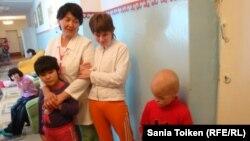 Облыстық ақыл-есі кем балаларға арналған интернат тәрбиешісі Қарлыға Елденова балалармен бірге тұр. Атырау, 4 қазан 2012 жыл