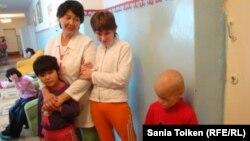 Дети и учитель в школе-интернате для детей с ограниченными возможностями в Атырау. 4 октября 2012 года. Иллюстративное фото.
