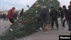 Упавшая елка на центральной площади в городе Жанаозен, Мангистауской области. 16 декабря 2011 года.