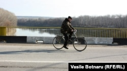 Moldova - bicycle, the bridge over the Dniester River, Vadul lui Voda, 11Jan2012