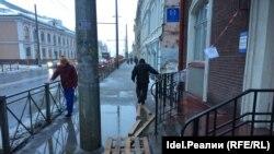 Улица Московская, центр Казани: днём лужа от края до края тротуара, ночью — голый лёд. И это ещё не самое плохое состояние тротуара в городе.