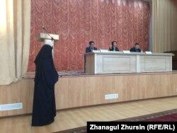 Мәжілісі депутаты Бақытбек Смағұлмен кездесуде сөйлеп тұрған әйел. Ақтөбе, 9 қаңтар 2018 жыл.