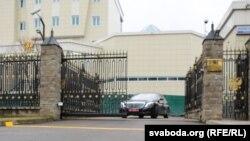 A minszki orosz nagykövetség kapuja