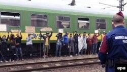 Мігранты пратэстуюць на станцыі Бічке за 40 кілямэтраў ад Будапэшту.