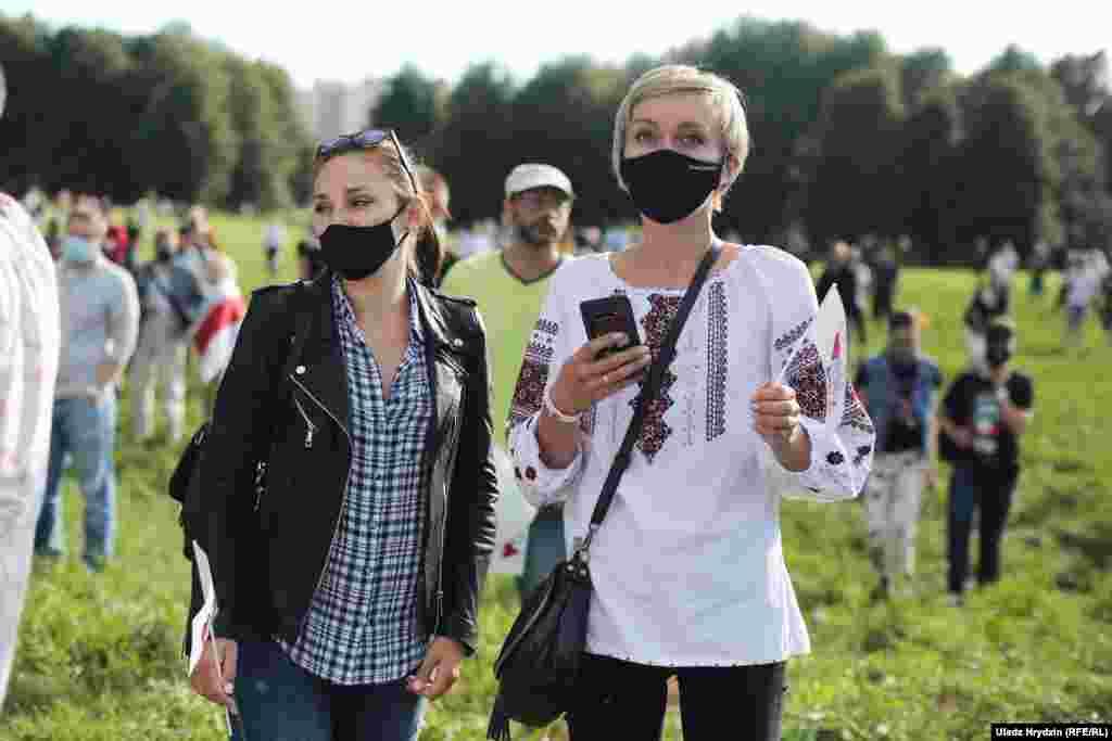 Місце проведення мітингу було огороджене, представники поліції стежили за людьми та пропускали їх через металошукачі