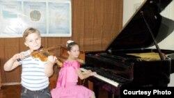 Учащиеся музыкальной школы № 2 Темиртау на уроке.