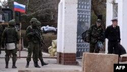 Українські військові покидають базу в Новоозерному, 19 березня 2014 року